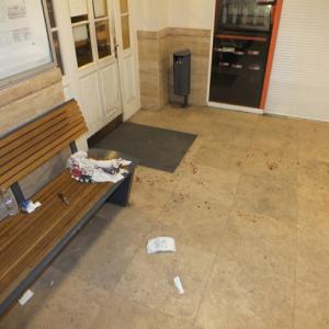 Váci vasútállomáson hason szúrta vitapartnerét