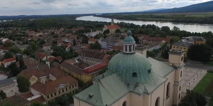 A saját körzetébe teleportáltatta a játszóteret a Fideszes képviselő Vácon